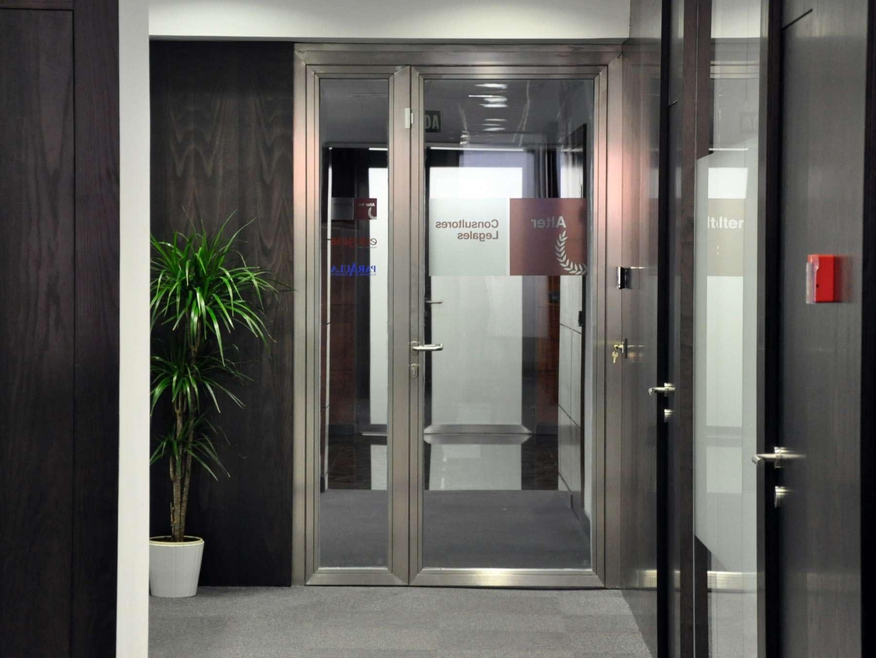 Acceso reforma de oficina de despacho de abogados en Madrid
