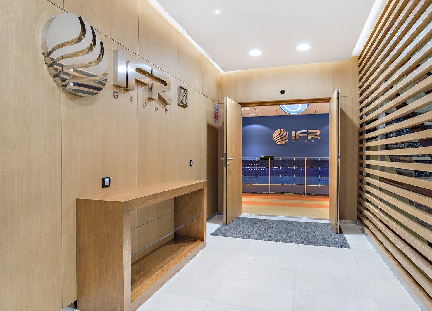 Vestíbulo reforma oficina consultoría informática