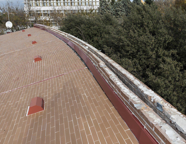 Detalle de cubierta demolición de fachada de colegio mayor universitario