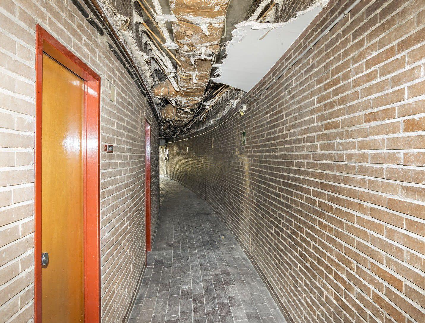 Galería interior demolición de fachada de colegio mayor universitario